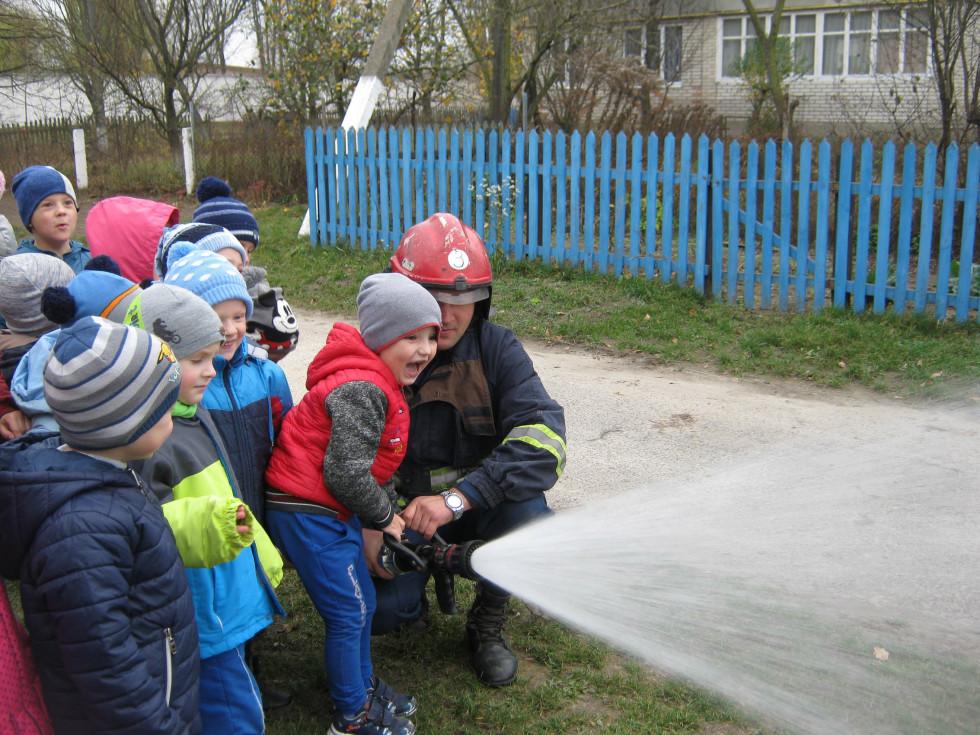 Дітям показали, як боротись із вогнем