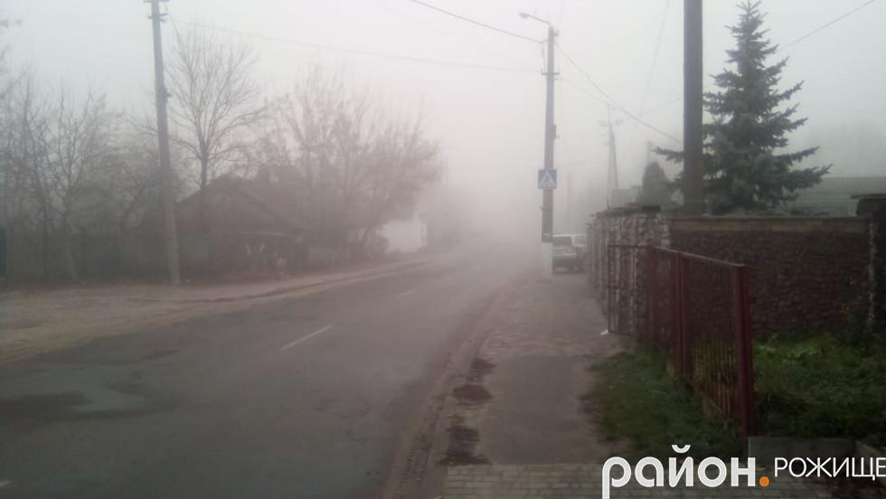 Рожище огорнув туман