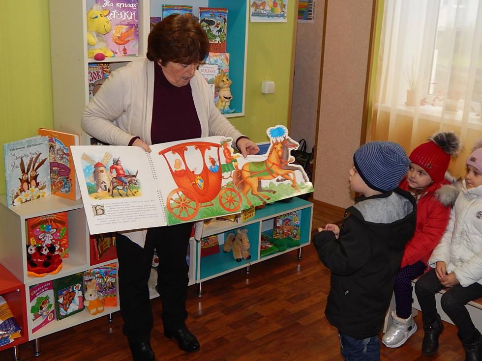 Дітям у бібліотеці читалм казку
