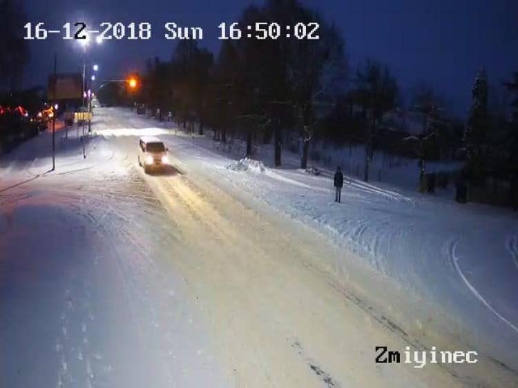 Так виглядає дорога у Зміїнці. Фото з вуличних камер спостереження.