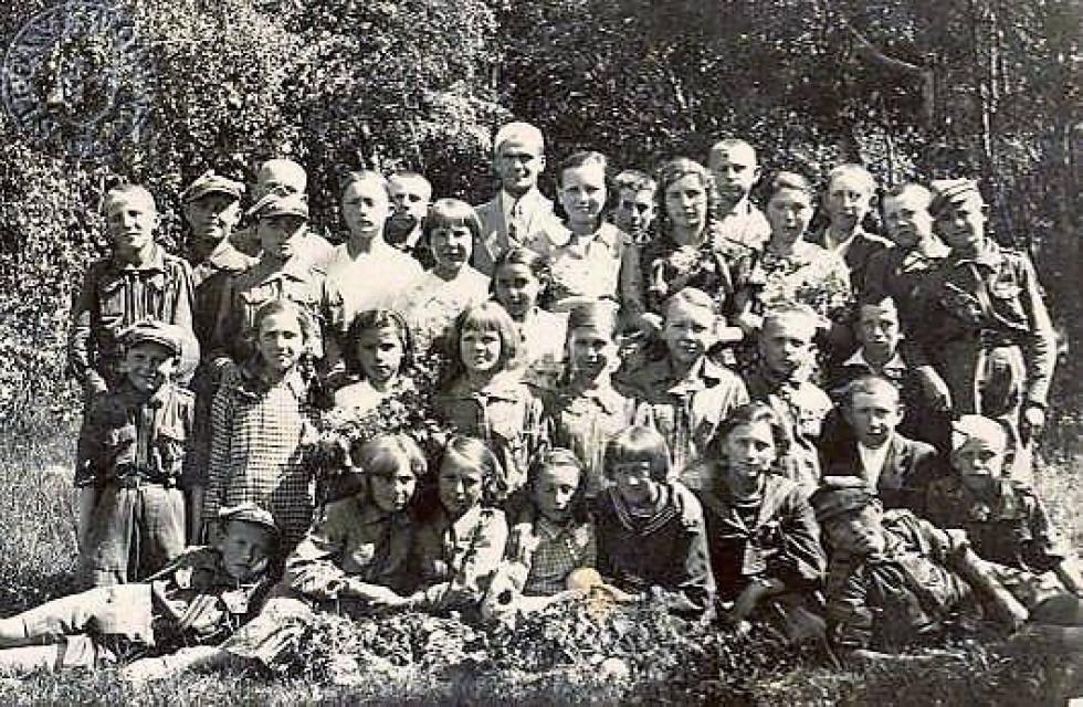 Директор школи Тадеуш Козьол (1936-1939) та шкільна дружина харцерів.