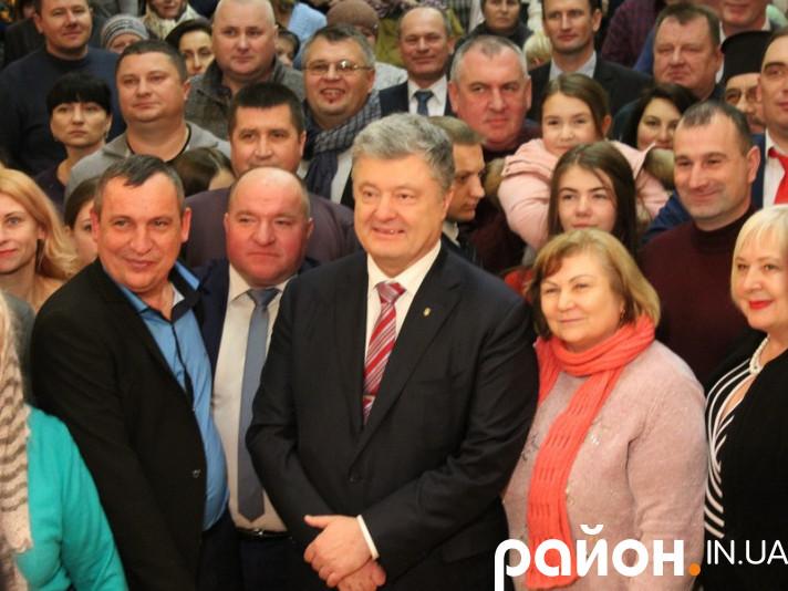 Петро Порошенко робить селфі з рожищанами на згадку