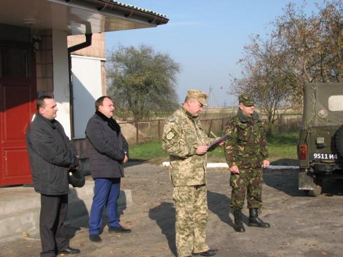 Військовий комісар Олег Алєксєєв оголошує призовників.
