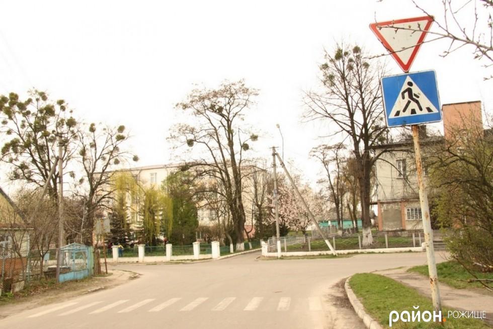 Знак пішохідного переходу на перехресті вулиці Грушевського та 1 Травня, перед ЗОШ №1