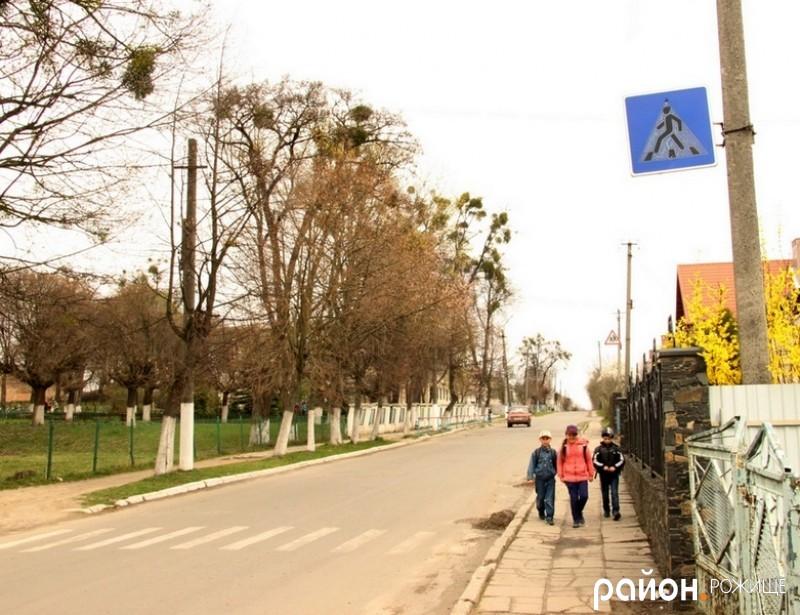 Є знак та розмітка і з протилежного боку вулиці, біля школи.