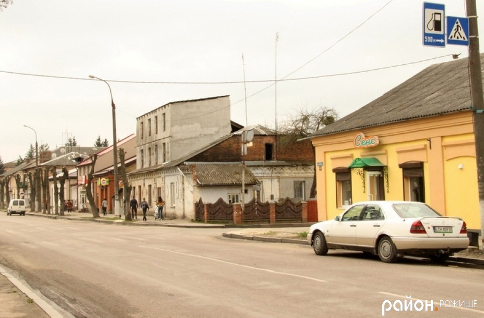 На перехресті Грушевського та Незалежності знаки пішохідного переходу є, втім якість розмітки кепська.