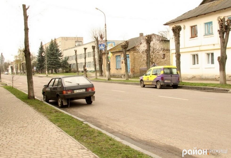 На перехресті Незалежності та Степанюка знаки є, розмітка ледве помітна є. Втім, це не заважає декому паркуватися майже на «зебрі.