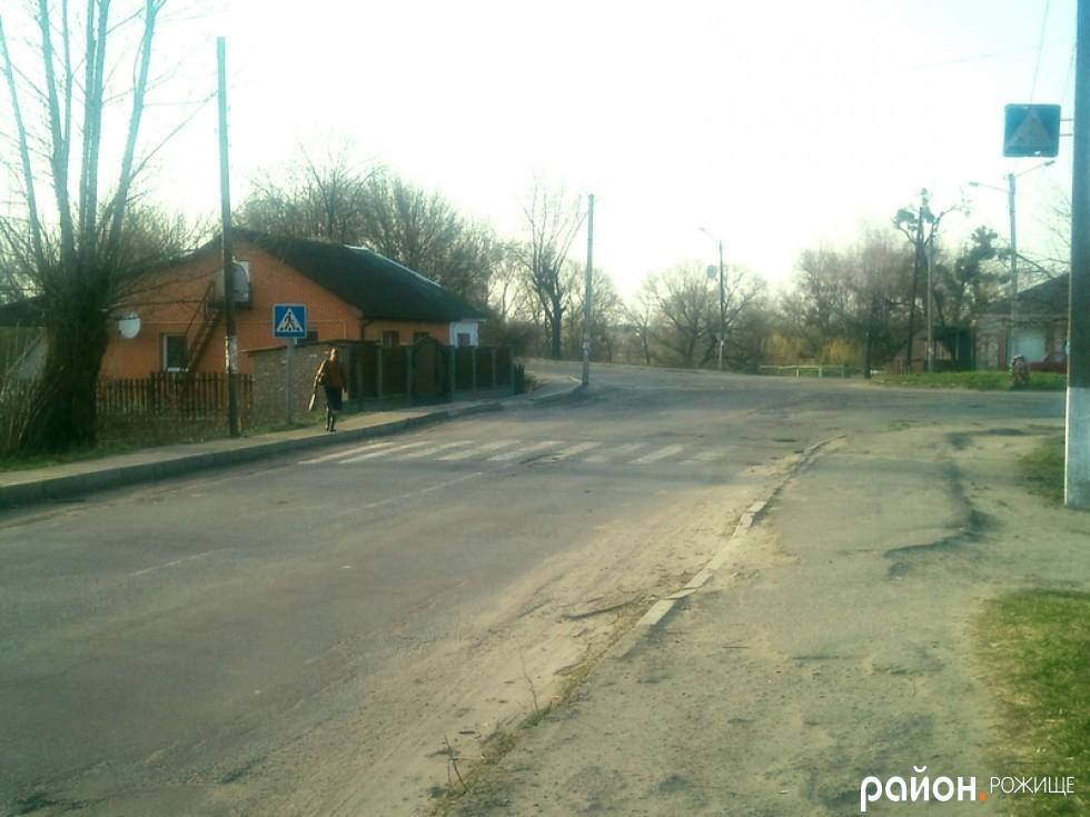 На перехресті Мостової, Шилакадзе та Промислової є попереджувальні знаки та розмітка