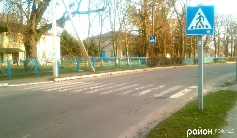 Знаки пішохідного переходу та розмітка перед ЗОШ №3 та дитячим навчально-реабілітаційним центром по вул. Шилакадзе