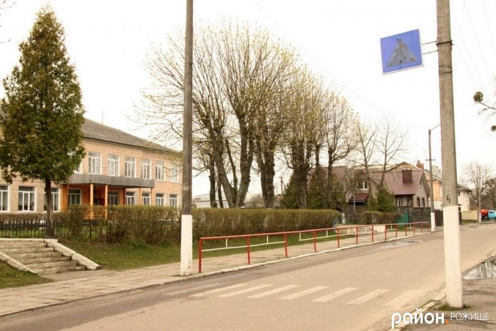Також трішки ближче до школи є знак пішохідного переходу та розмітка