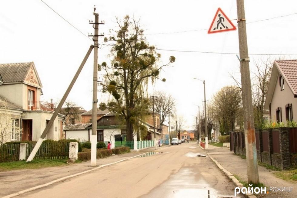 Знак переходу з протилежного боку вулиці, перед музичною школою та ЗОШ №2
