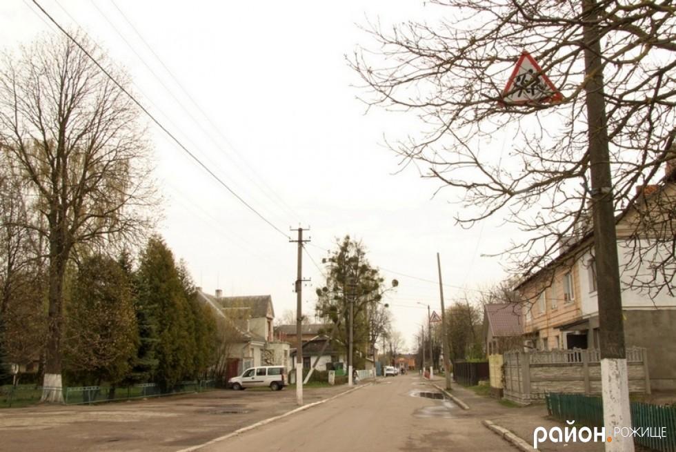 Ще один знак Увага, діти! закритий гіллям дерев.