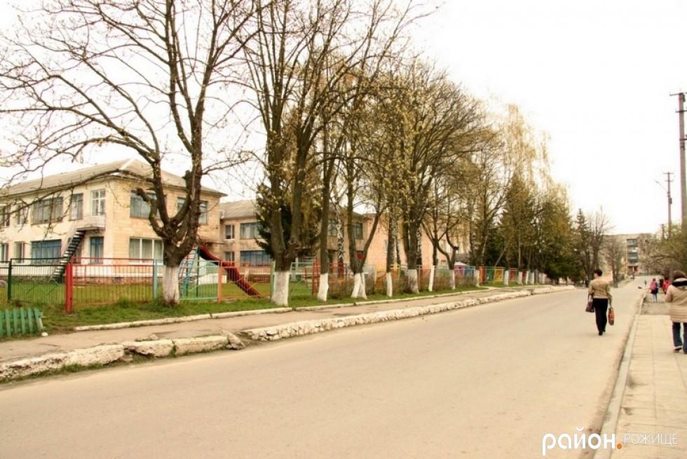 По вулиці Грушевського перед ДНЗ №1 ані розмітки, ані знаку Увага, діти!, ані знаку пішохідного переходу.