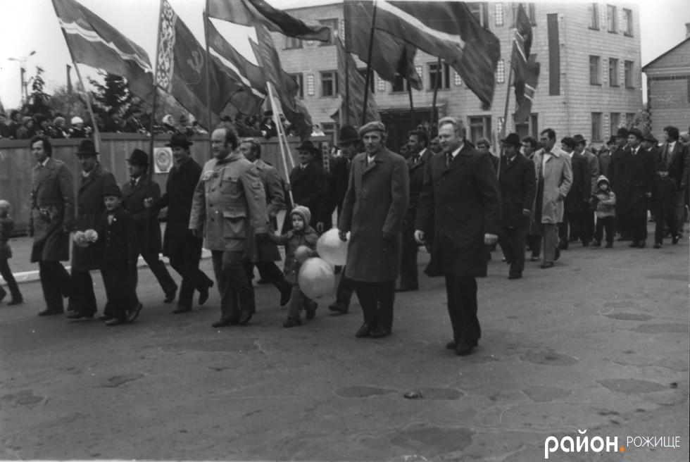 Парад проходить біля теперішнього приміщення міської ради