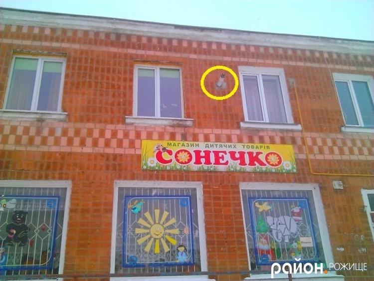 Коаксильна система (димохід) встановлено на рівні вікон, що суперечить Інструкції заводу-виробника котла-колонки Teplowest