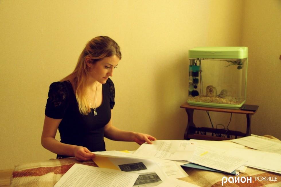 Марія Трофімчук показує документи