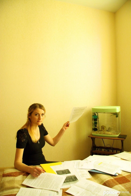 Марія Трофімчук показує на стіну, де в сусідній квартирі вмонтований злощасний котел.