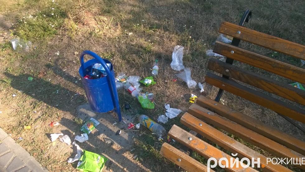 Ось таку «красу, майже, щоранку доводиться прибирати у міському парку