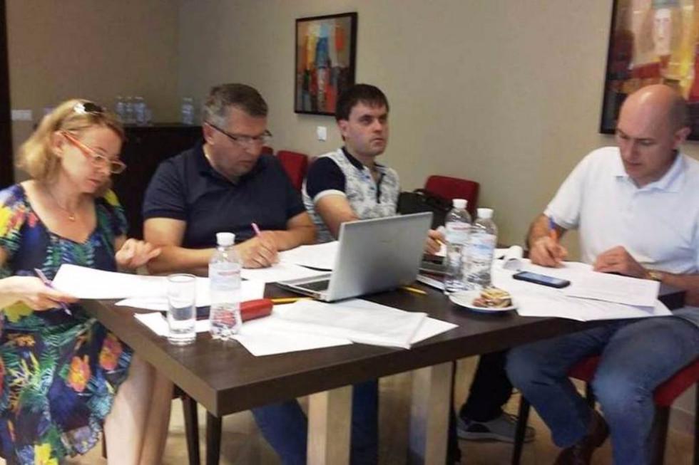 Олег Савчук працює в Державній регуляторній службі. Під час складання протоколу про адмінпорушення посадових осіб у сфері нагляду (контролю) за господарською діяльністю