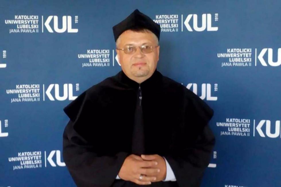 У червні 2017 р. Олег Савчук отримав диплом доктора гуманітарних наук в Католицькому університеті ім.Іоанна Павла у Любліні