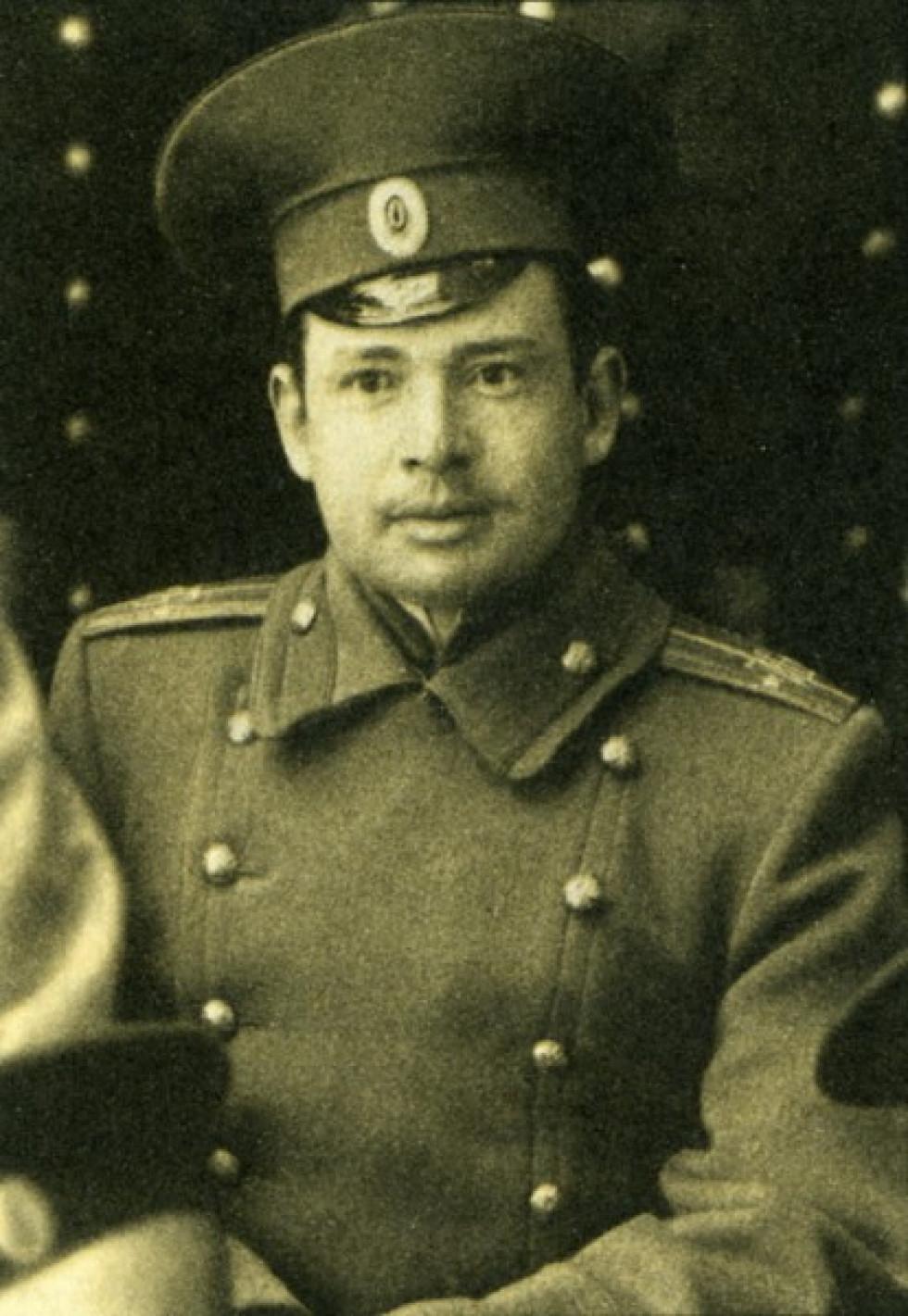 Аверкій Гончаренко, один з командирів юнацької школи, традиційно вважається, що він керував боєм