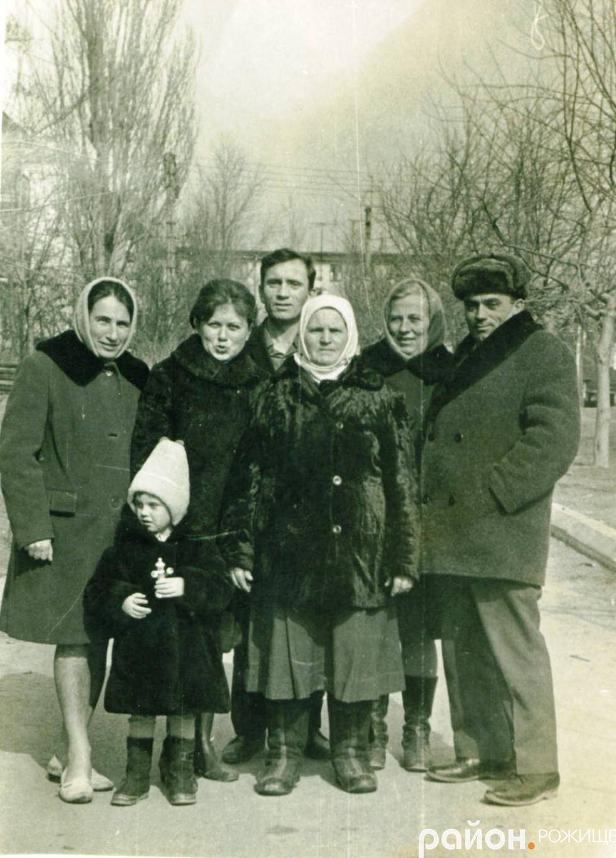 Моя сестра, друга зліва