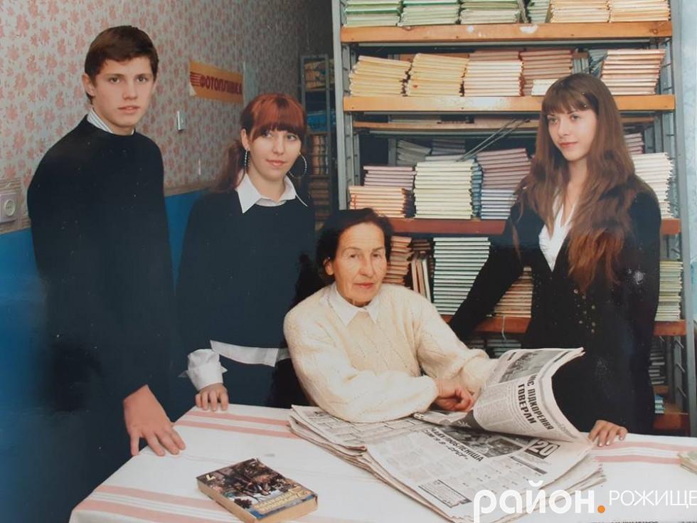 Галина Кривицька зі своїми артистами. Уже випускниками школи