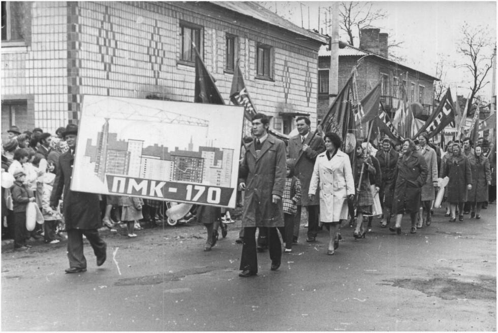 Працівники гордо представляють організацію на параді