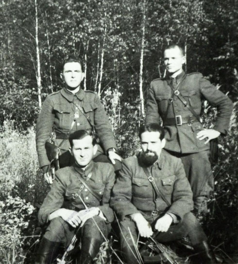 Ковальчук Панас, псевдо «Залісний», сидить внизу зліва