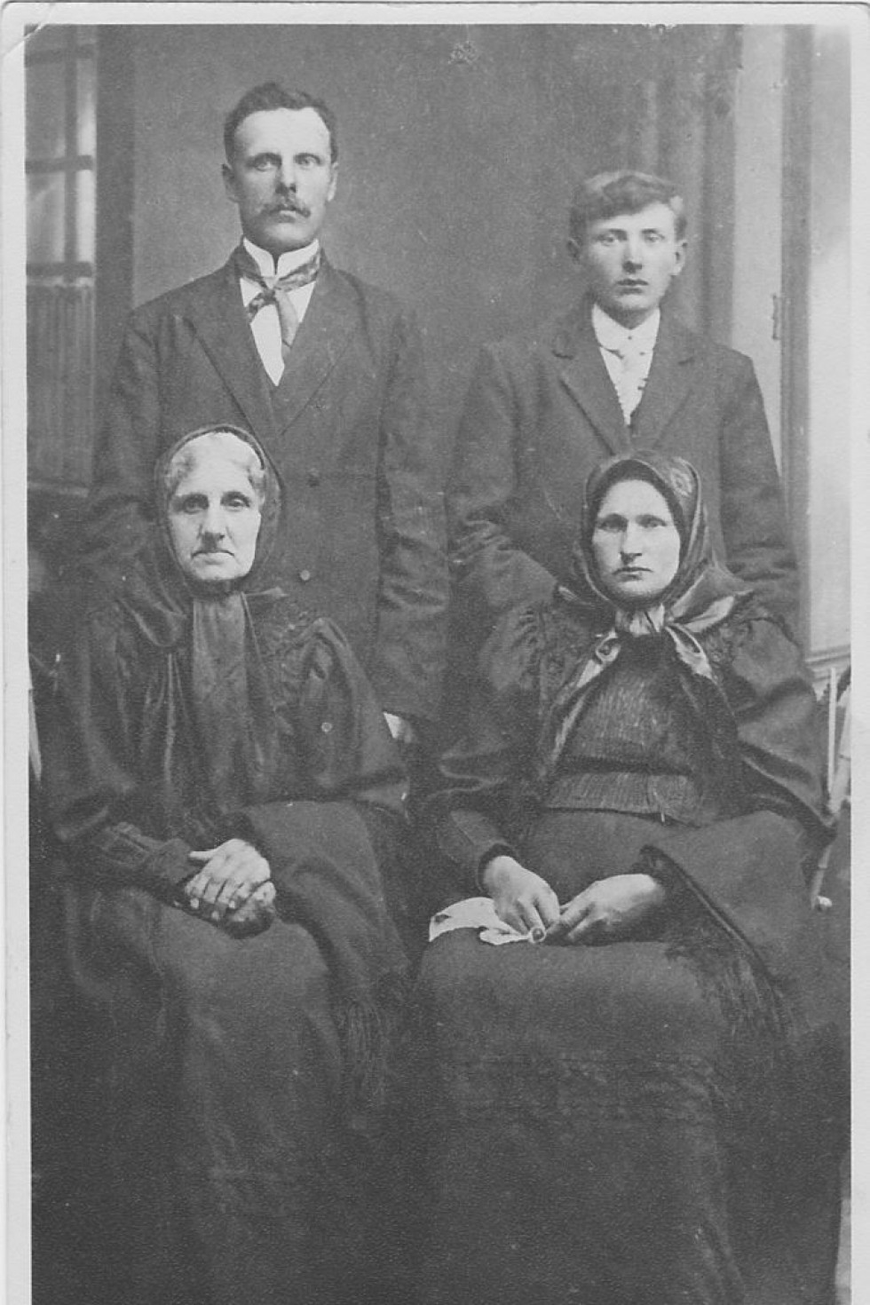 Крайній ліворуч Карл Шульц зі сім'єю