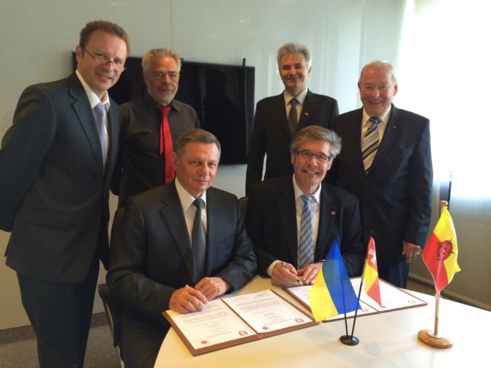 Крайній ліворуч Луцький міський голова Микола Романюк підписує Меморандум про співпрацю з делегацією від краю Ліппе, 2014 рік