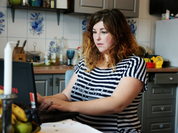 Ганна Гороженко за письменницькою роботою