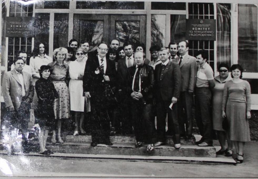 Ігор Кирилов з Центрального телебачення (з гвоздиками) разом з колективом радіо та кількох газет, друга половина 1980-х