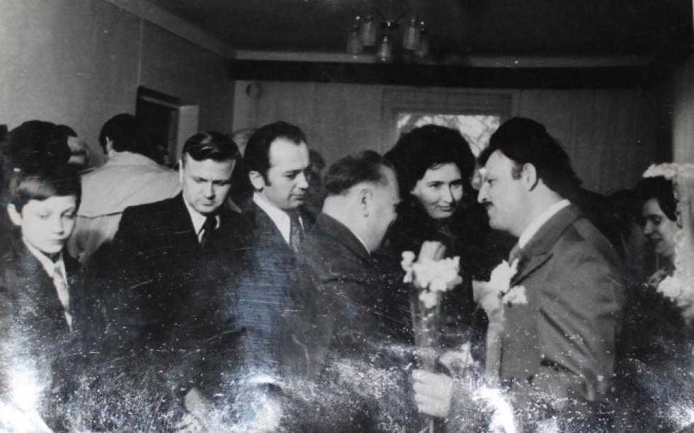 Вітають з одруженням письменника Олега Бермана, що тоді працював на Волинському радіо