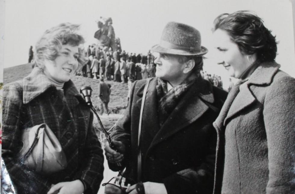 Василь Федчук бере інтерв'ю у студенток в Кортелісах під час відкриття пам'ятника